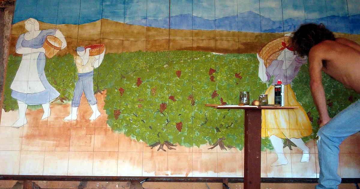 Artesano pintando un mural a mano